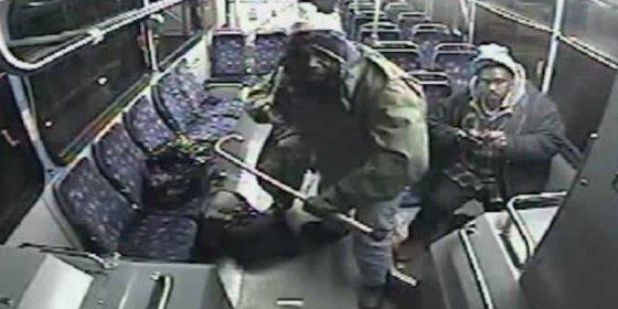 El valiente abuelo que muele a bastonazos al sádico sexual que abusaba de la chófer del bus