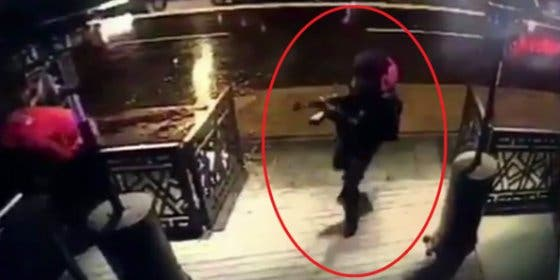 [VÍDEO] Con esta mala uva dispara el fanático su AK-47 en la discoteca turca tras las campanadas