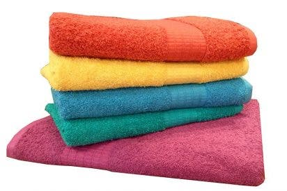 Entérate de los peligros de no lavar tu toalla de baño con frecuencia