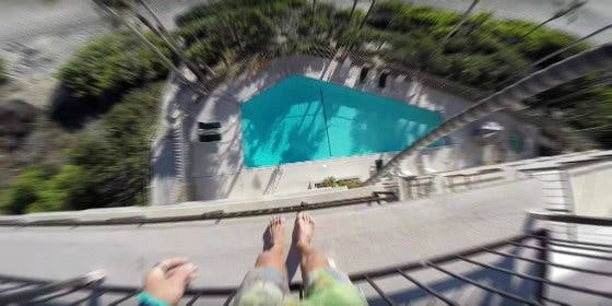 El famoso youtuber se parte las piernas saltando desde un techo a una piscina
