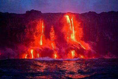 Espectacular desplome en Hawái de una columna volcánica en el océano