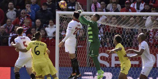 Asenjo salva un punto para el Villarreal y echa un jarro de agua fría liguera sobre el Sevilla (0-0)