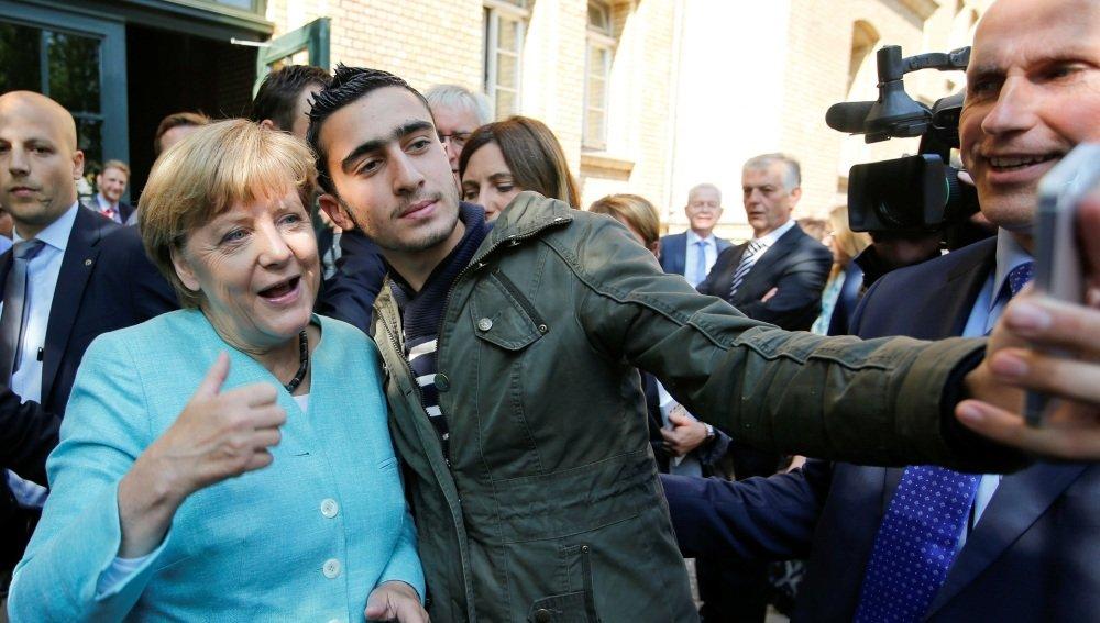 El cabreado refugiado que demanda a Facebook por su selfi con Merkel