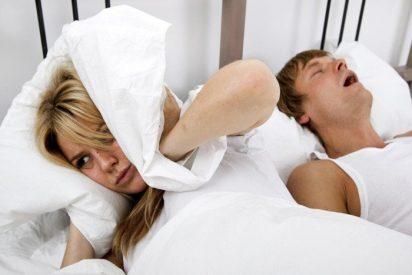Una joven da una patada a su novio para que deje de roncar... pero en realidad se estaba muriendo
