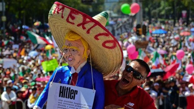 """""""¡Duro contra el muro!"""": decenas de miles de mexicanos marchan contra las políticas de Trump"""