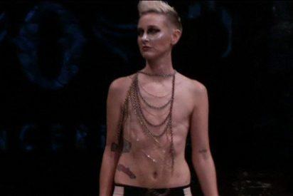 La modelo a la que le extirparon los pechos por un cáncer de mama, causa furor en la semana de la moda de Nueva York