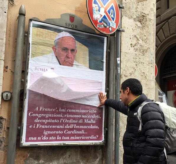 """La Policía italiana busca a los responsables de los """"carteles anti-Papa"""""""
