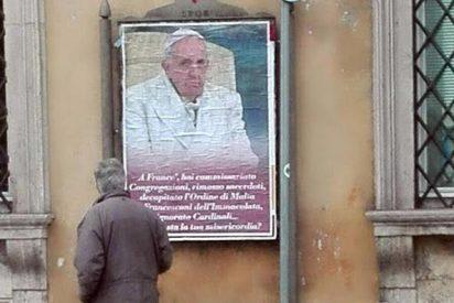 Decenas de carteles con críticas hacia Francisco en Roma