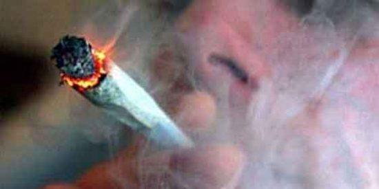 Una fumeta llama a la Policía para quejarse por el precio de la marihuana
