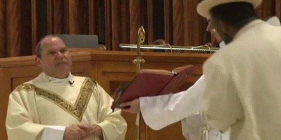 [VÍDEO] La hostia sin venir a cuento que le dan a un obispo cubano en plena misa