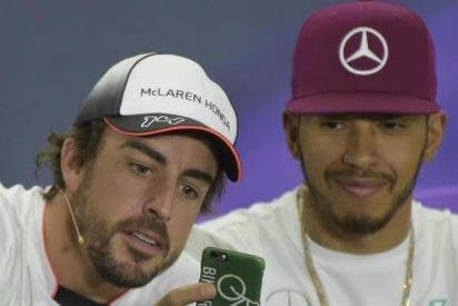 Fernando Alonso con Lewis Hamilton.