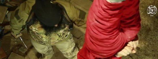 El gordo verdugo del ISIS degüella al 'maligno' cabeza abajo ¡y hace un flaco favor a unos retorcidos niños!
