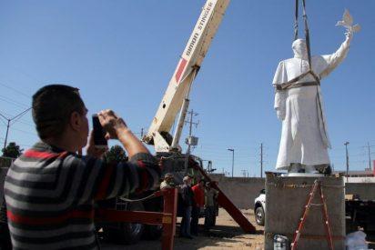 Escultura de Francisco en la frontera mexicana