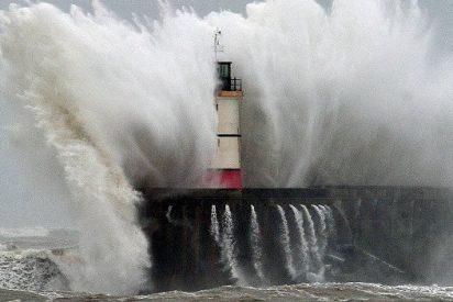 Rescatados con vida todos los tripulantes del pesquero gallego hundido en Luarca