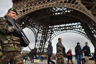 """Un militar dispara contra un hombre que se lanzó a por él con un machete al grito de """"Alá es grande"""" en París"""