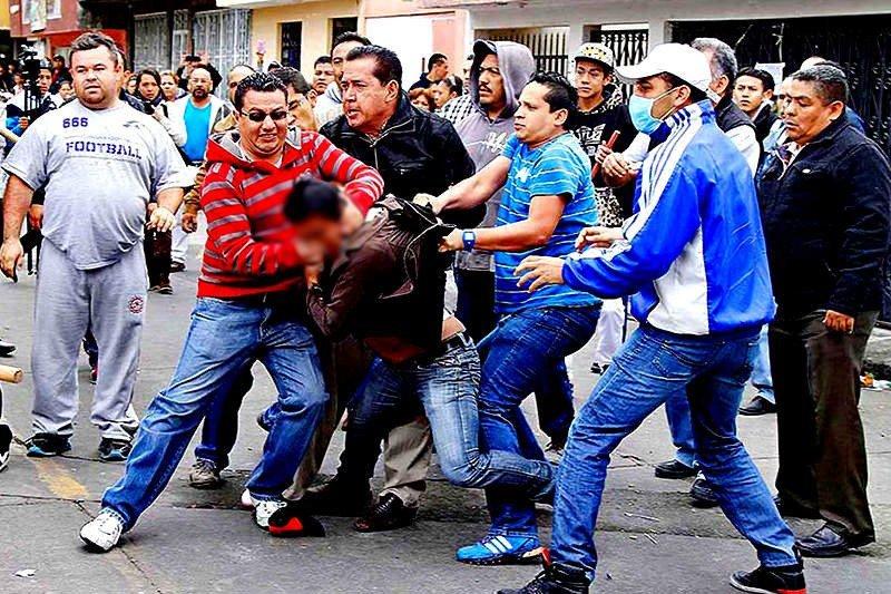 Así lincha una turba con un tronco al ratero venezolano que tenía su pistola encasquillada