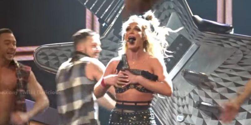 ¡Opsss! Britney Spears se despista y enseña casi todo en mitad de un concierto