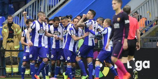 El Deportivo de La Coruña le baja los humos al Barça (2-1)