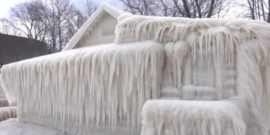 El extraño fenómeno que dejó totalmente cubierta de hielo una casa en Estados Unidos