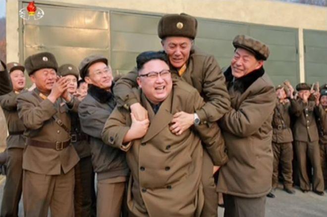 ¿Quién tuvo los santos cojones de subirse a caballito del encabritado Kim Jong-un?