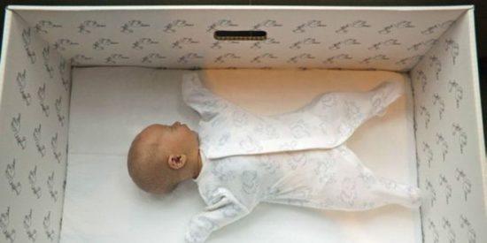 Las curiosas cajas de cartón que salvan la vida a los bebés