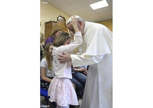 Francisco visita por sorpresa un centro para ciegos de Roma