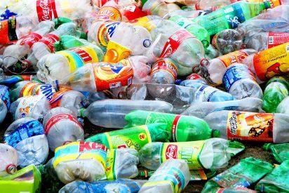 Mucho cuidado con los plásticos que nos bebemos (por usar envases de plástico)