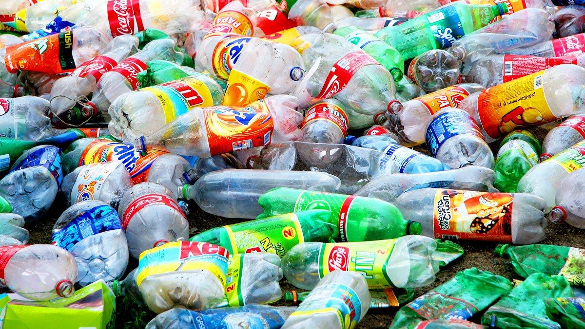 Así fabrica Zara camisetas 'guay' a partir de botellas de plástico