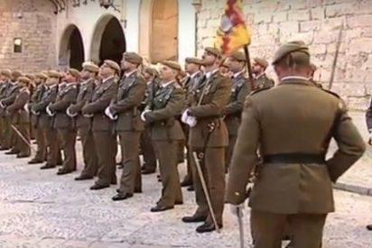 Dos sinvergüenzas pegan una paliza a un comandante del Ejército vestido de uniforme en plena calle... al grito de