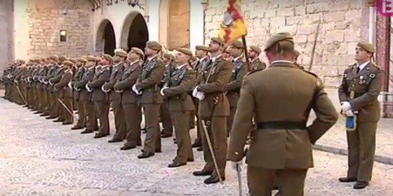 """Dos sinvergüenzas pegan una paliza a un comandante del Ejército vestido de uniforme en plena calle... al grito de """"¡Fascista!"""""""