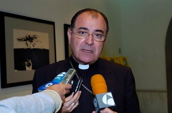 Víctimas de Spanair cargan contra el obispo de Canarias