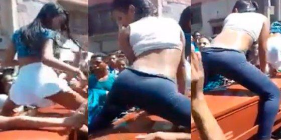 [VÍDEO] Así mueven el culo sobre un ataúd dos chicas de muerte al ritmo del 'perreo'... enterrando más a Venezuela