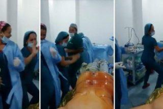Las enfermeras se marcan un baile sexy frente a un paciente desnudo y anestesiado