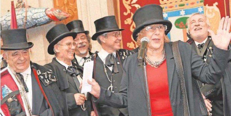 Manuela Carmena: Una mujer con sombrero y un montón de cobardes