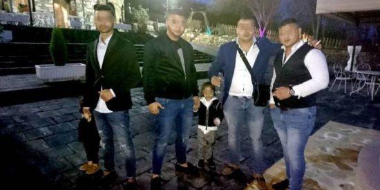 La familia rumana del 'simpa' multitudinario salió del restaurante haciendo la conga