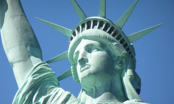 Indignante: gobierno de Trump da un giro al poema de la estatua de la Libertad para atacar a los inmigrantes
