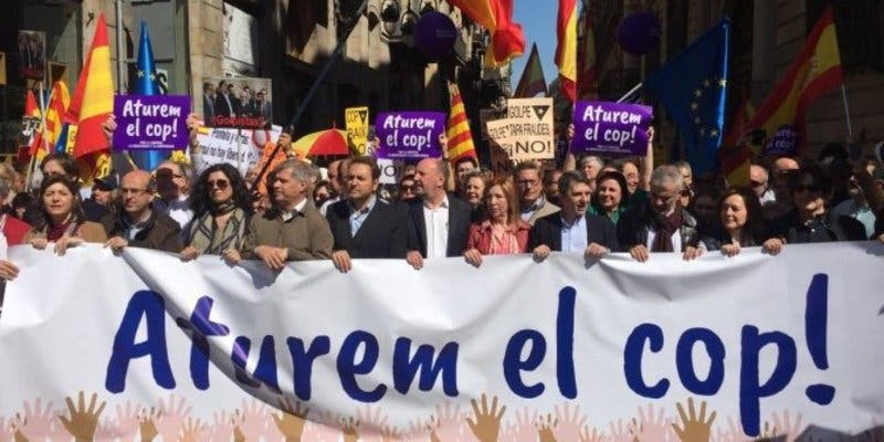 Sociedad Civil Catalana saca miles de personas a las calles de Barcelona contra la independencia de Cataluña