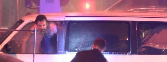 [VÍDEO] La 'piadosa' Policía de EEUU salva al suicida del coche y luego lo mata de un tiro