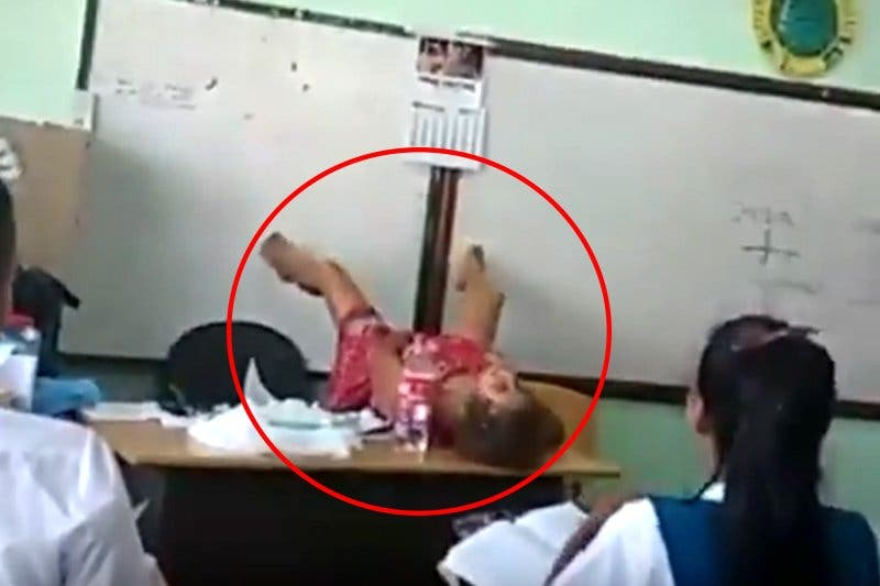 El vídeo de la profesora que se abre de piernas en clase para enseñar a parir