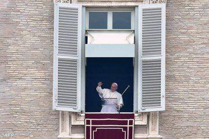 El Papa pide, tras el ángelus, un aplauso para todos los padres del mundo