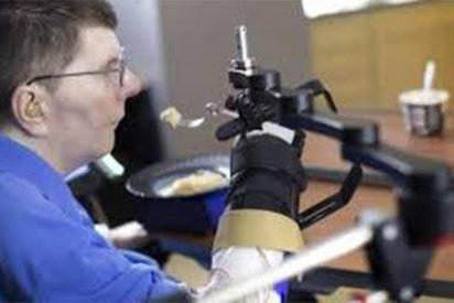 ¡Impresionante!: Un hombre con parálisis logra comer y beber gracias a implantes en su cerebro
