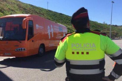 Los Mossos d'Esquadra catalanes detienen el autobús de Hazte Oír en el peaje de Martorell