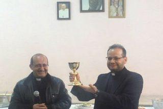 El secretario personal del Papa regala al padre Carlos una carta autógrafa y un cáliz de Francisco