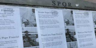 "Roma amanece empapelada con carteles de apoyo a Francisco, ""un Papa de amor, tolerancia y misericordia"""