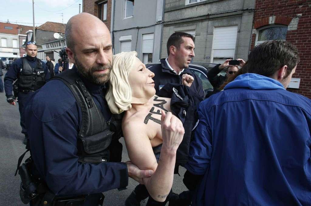 Así cargan los 'antifascistas' contra la policía francesa tras conocer el triunfo de Le Pen