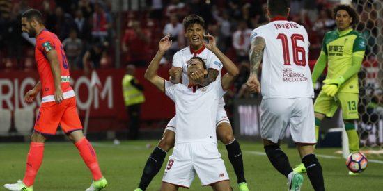 El Sevilla aprieta por la tercera plaza a costa de un Granada hundido (2-0)