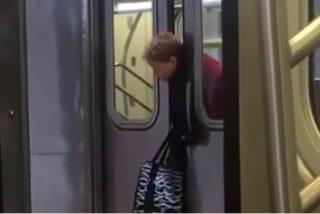 [VÍDEO] Se queda con la cabeza atrapada en las puertas de un metro y nadie le hace pajolero caso