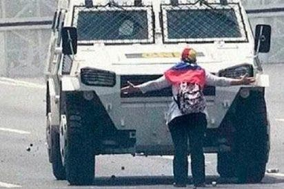 La mujer que paró a la tanqueta chavista y se convirtió en la imagen de las protestas contra la tiranía en Venezuela