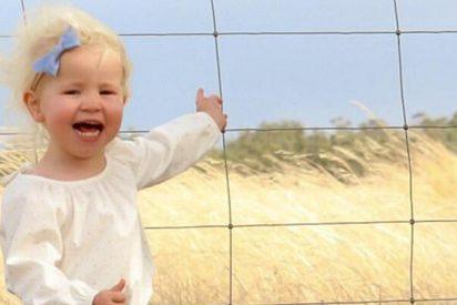 Una serpiente venenosa se cuela en la foto de esta adorable niña
