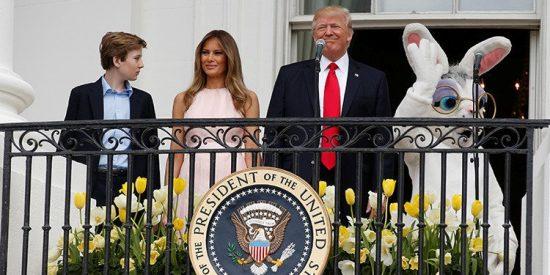 El manotazo de Melania Trump a su despistado marido que le salva del ridículo